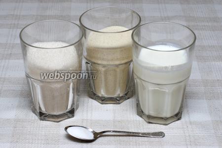 Соединить манную крупу (1 стакан), сахар (1 стакан), кефир (1 стакан) и соду (1 ч. л.). Соду предварительно «погасить» кефиром, то есть размешать соду в стакане с кефиром перед соединением с сахаром и манкой.
