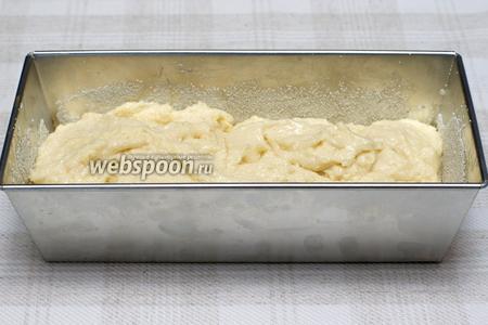 Форму для кекса смазать сливочным маслом и посыпать манной крупой, а затем выложить тесто. Ставить манник в разогретую духовку и выпекать при температуре 180°С около 1 часа (готовность проверять деревянной лучиной — когда манник готов, лучина выходит сухой).