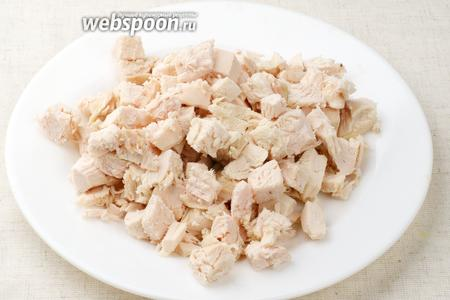 Готовое куриное филе остудить и порезать кубиками.