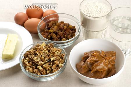 Для приготовления заварных эклеров возьмём: яйца, муку, сливочное масло, а для начинки сгущённое молоко, изюм и грецкие орехи.