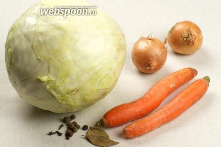 Для приготовления тушеной капусты возьмём так же морковь, репчатый лук, томатную пасту и специи.