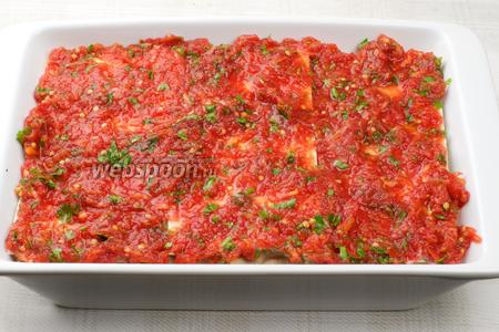 Затем выложить помидоры с зеленью.