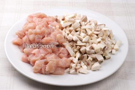 Филе и грибы хорошо помыть, а затем нарезать.