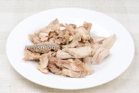 Куриное мясо порезать на средние куски.