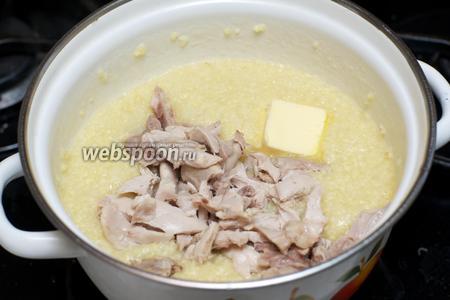 В готовую кашу добавить курицу и сливочное масло.