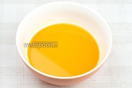Ягоды облепихи хорошо промыть, затем перетереть через сито, чтобы получился 1 стакан сока.