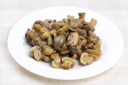 Маринованные грибы  порезать пополам.