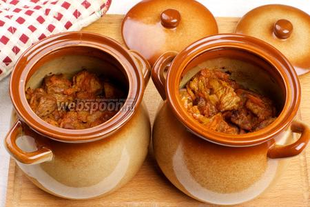 Запекать в разогретой до 180 °С духовке 40-45 минут, готовность проверять по картофелю, если он мягкий, значит блюдо готово.