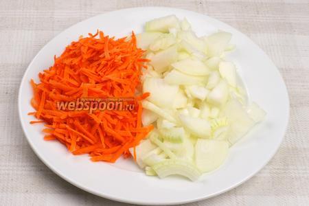 Лук порезать полукольцами, и морковь натереть на крупной тёрке.