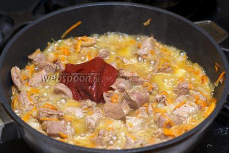 Добавить томатную пасту, соль и чёрный молотый перец.