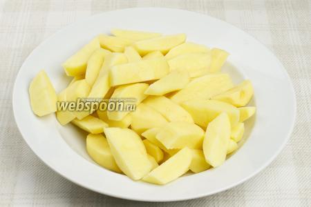 Картофель очистить и нарезать вдоль на 6-8 частей.
