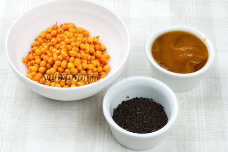Для приготовления напитка возьмём облепиху, чёрный чай без добавок и мёд по вкусу.