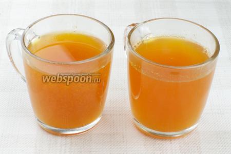 Готовый чай разливать через ситечко, добавив мёд по вкусу.