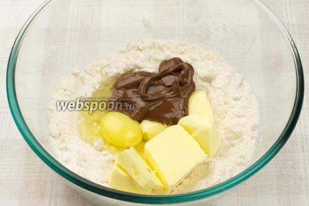 Добавить яйцо, размягчённое сливочное масло и пасту.
