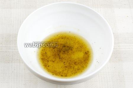 Приготовить заправку — соединить оливковое масло, молотую зиру, сахар, щепотку соли и чёрного перца.