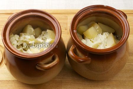Готовность проверять на картофеле, если нож легко входит, значит блюдо готово. Подавать можно в горшочках или выложив содержимое на порционные тарелки.