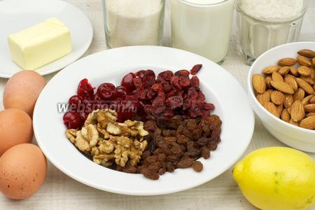 Для приготовления паасброда понадобится мука, яйца, молоко, сливочное масло, дрожжи, сахар, лимон, грецкие орехи, миндаль и сухофрукты: клюква, вишня, изюм.