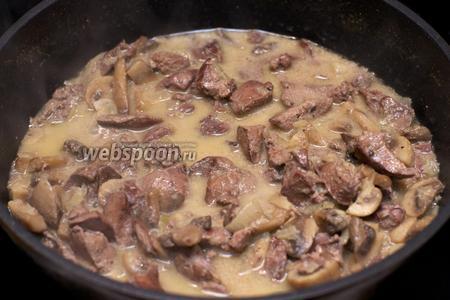 Затем снять крышку и тушить до испарения лишней жидкости, добавить соль и перец по вкусу.