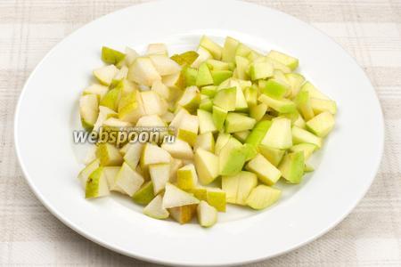 Яблоко и грушу хорошо помыть, удалить семена и порезать кубиками, затем сбрызнуть лимонным соком, чтобы они не потемнели.