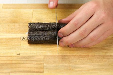 Затем аккуратно разрезать ролл на 6 частей.