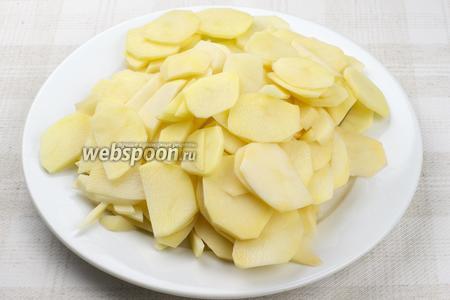 700 г. картофеля очистить, тщательно вымыть и порезать тонкими пластинами.