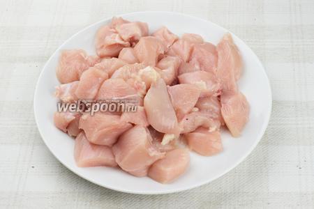 Куриное филе хорошо помыть и порезать на куски.