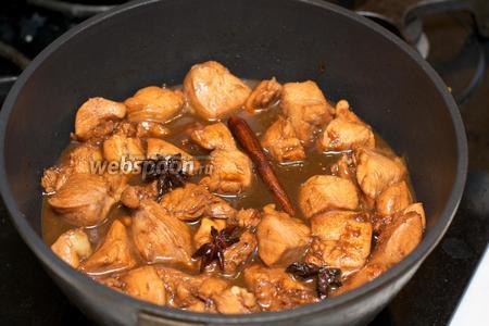 Готовое мясо немного остудить, подавать с отварным рисом, поливая соусом.