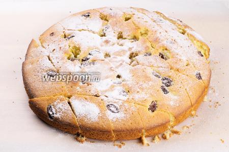 Бисквит слегка остудить, затем вынуть из формы, порезать на порционные куски и присыпать сахарной пудрой.