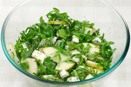 Аккуратно перемешать салат. Подавать, присыпав грецкими орехами.