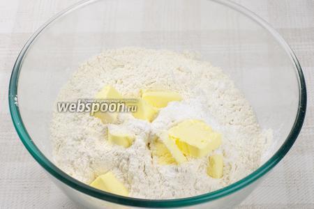 Просеять муку, добавить в неё разрыхлитель и мягкое сливочное масло — хорошо перемешать.