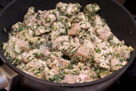 Разогреть 1-2 ст. л. растительного масла и обжарить филе 3-4 минуты.