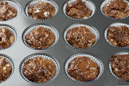 Формы для кексов смазать сливочным маслом или застелить бумажными формочками. Разложить тесто, получается 12 штук.