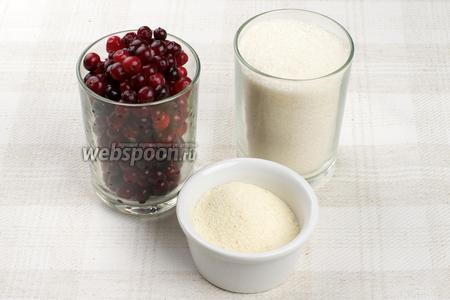 Для приготовления мусса понадобится стакан сахара, стакан клюквы и манная крупа.