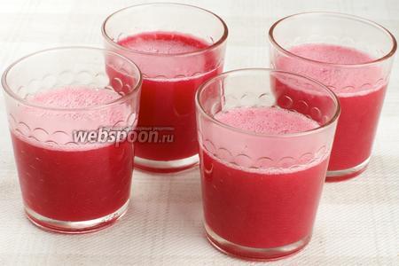 Разлить мусс по стаканам или креманкам и поставить в холодильник на 2-3 часа. Перед подачей украсить свежими ягодами клюквы.