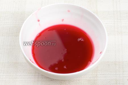 Затем ягоды хорошо отжать через марлю, полученный сок поставить в холодильник.
