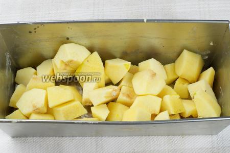 Небольшую форму для запекания смазать сливочным маслом и выложить порезанную айву.