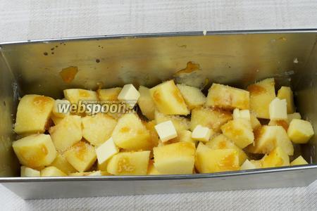 Затем добавить сахар, мёд и кусочки сливочного масла.