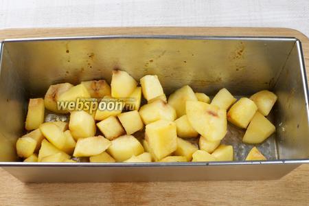 Поставить в разогретую до 180 °С духовку и выпекать 25-35 минут, готовность проверять деревянной зубочисткой (она должна легко входить в кусочки айвы).
