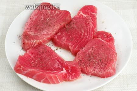 Филе тунца хорошо помыть и нарезать толщиной 1-1,5 см. Затем его слегка посолить и поперчить, и сбрызнуть оливковым маслом с двух сторон.