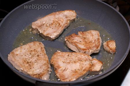 Филе тунца обжарить на хорошо раскалённой сковороде до румяного цвета с двух сторон.