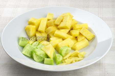 Огурец, ананас и имбирь очистить и крупно порезать.