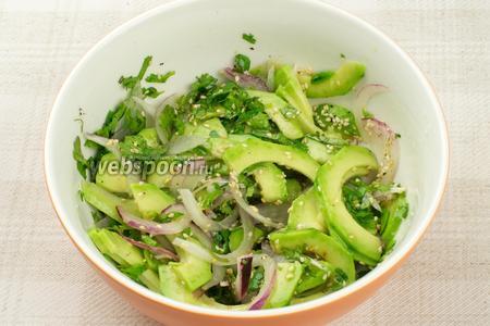 Аккуратно перемешать салат, добавить соль и перец по вкусу.