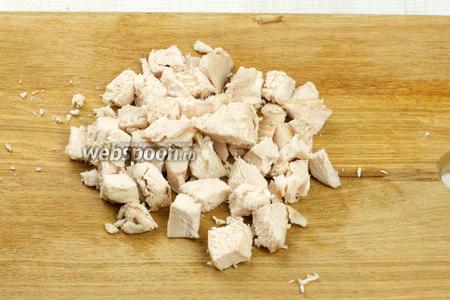 Куриное филе так же нарезать средними кубиками.