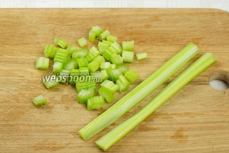 Стебли сельдерея помыть, разрезать пополам и порезать.