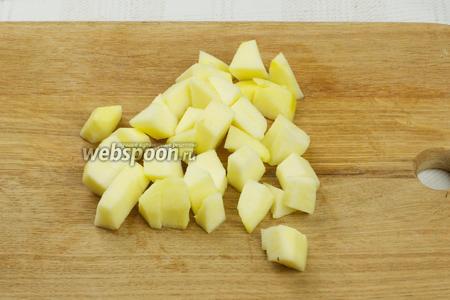 Яблоко очистить от кожуры и семян и нарезать средними кубиками.
