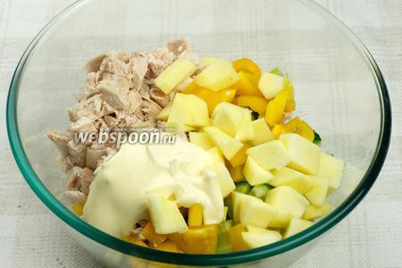 Соединить куриное филе, перец, огурец, яблоко, сельдерей и добавить 2-3 столовые ложки майонеза.