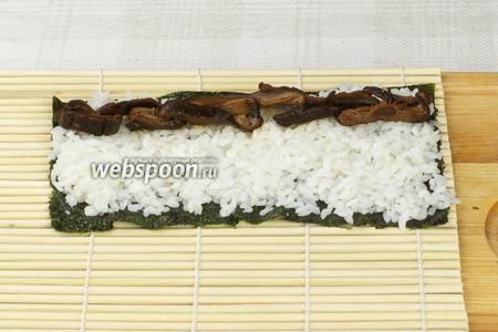 Затем выложить порезанные шиитаке.