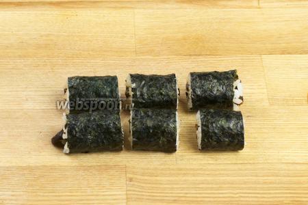 Каждый ролл разрезать на 6 равных частей. Подавать роллы с соевым соусом, маринованным имбирём и васаби.