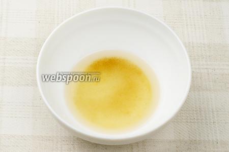 Приготовить заправку: соединить по 2 чайные ложки рисового уксуса, тёплой воды и сахара. Хорошо размешать, чтобы сахар максимально растворился.