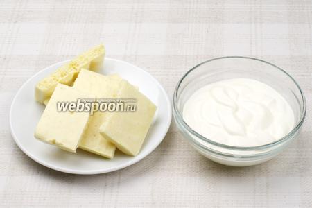 Для приготовления крема понадобится свежая сметана и белый шоколад.